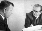 """Rozhovor Jurije Gagarina a Karla Pacnera. """"Jurije Gagarina jsem litoval. Když jsem s ním v létě 1966 dělal v Karlových Varech rozhovor, seděl přede mnou uštvaný člověk, který mechanicky – jakoby naučeně – odpovídal na mé otázky. Bez úsměvu a bez zájmu, jenom tím plnil svou povinnost, kterou mu někdo z nadřízených zařadil do programu. Byl v Československu na dovolené, ale místo odpočinku ho nejrůznější funkcionáři honili po besedách v továrnách a úřadech, na obědy a večeře."""""""