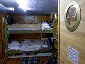 V podpalubí najdete obývací a dětský pokoj, ložnici a koupelnu.