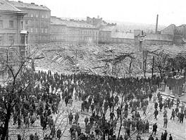 Archivní snímek z ledna 1969 zachycují okamžik krátce po odstřelu bloku budov v sadech Pětatřicátníků