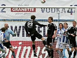 �SP̊N� N�HRADN�K. Na h�i�ti byl sotva �ty�i minuty, kdy� se hradeck� fotbalista Marek Jand�k prosadil proti �steck� obran�.