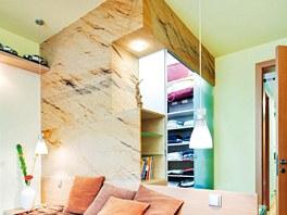Šatna v ložnici, vytvořená  z dýhovaných desek.