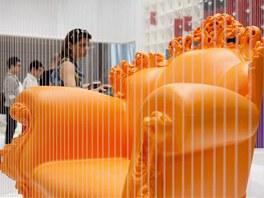 Z plastu dokáží italské firmy vyrobit i stylové křeslo.