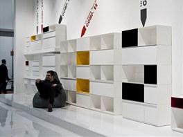 Bílý nábytek oživovaly výrazné barvy.