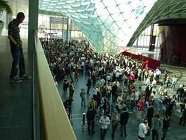Ranní příchod návštěvníků  do hlavní haly
