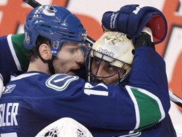 Ryan Kesler a jeho brank Roberto Luongo slav vtzstv Vancouveru.