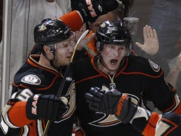 Anaheim slav gl. Se stelcem Coreym Perrym (vpravo) se raduje Ryan Getzlaf.