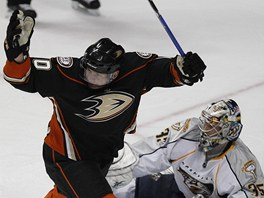 Corey Perry z Anaheimu  pekonv Pekku Rinneho z Nashvillu.