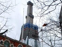 V Londýně se staví mrakodrap Shard. Zatím je vidět 244 metrů těžkopádné betonové konstrukce.