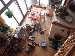 Otevřený prostor je pouze pomyslně rozdělený na kuchyň, obývací pokoj, ložnici, pracovnu, dětský pokoj a koupelnu.