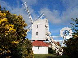 Sousedící větrný mlýn je také dosti bizarní stavbou.