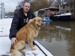 Doma v loděnici. U vody Jiří Pěknice vyrostl a šplouchání řeky si teď dopřává i na své přes 100 let staré lodi.