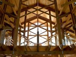 Na zábradlí na vnitřní galerii i na venkovní balkony použil architekt sklo.