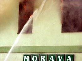 Hasiči bojují s požárem hotelu v Moravské Třebové. (12. 4. 2011)