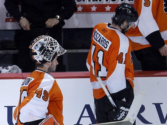 Zklaman� hokejist� Philadelphie. Vlevo brank�� Michael Leighton, vpravo Andrej Mesz�ro�.