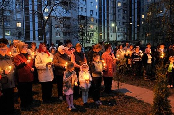 Ukrajinci v Kyjev� dr�� zap�len� sv��ky a vzpom�naj� na ob�ti hav�rie v �ernobylu. (26. dubna 2011)