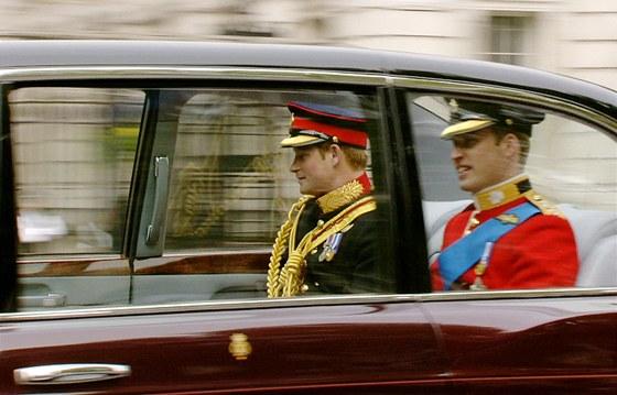 Princ William (vpravo) se svým bratrem Harrym dorazili do Westminsterského opatství před půl jedenáctou místního času. Budoucí britský král přijel v šestimetrové limuzíně Bentley. Toto auto je specifické třeba tím, že je upraveno na pohon bioethanolem.