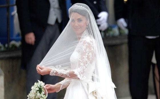 Kate Middletonová přijela do Westminsterského opatství krátce před jedenáctou hodinou odpolední místního času. Svatební šaty navrhla Sarah Burtonová ze salonu zesnulého Alexandra McQueena