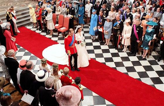 Čerství manželé opouštějí Westminsterské opatství. William a Kate získali ještě před sňatkem nový titul od královny - stali se z nich vévoda a vévodkyně z Cambridge.