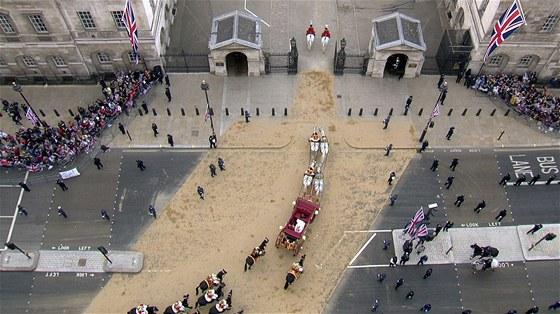 Po obřadu zamířili novomanželé kočárem do Buckinghamského paláce. V jinak zamračeném dni prvně vysvitlo slunce a střed britské metropole se na několik okamžiků zalil paprsky. Obloha se pak zase trochu zatáhla.