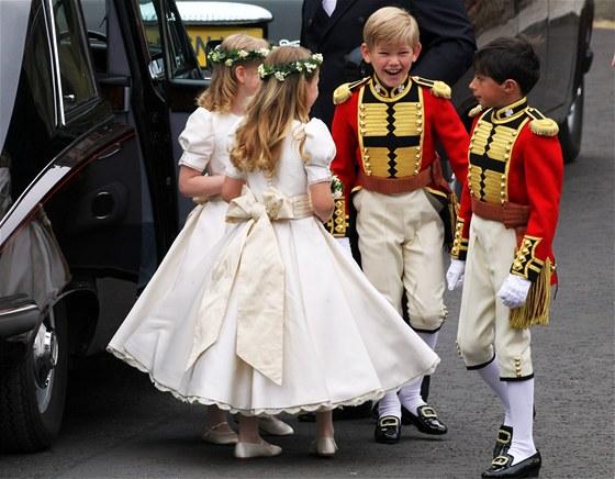 Družičky a družbové na svatbě prince Williama a Kate Middletonové byly děti příbuzných nebo blízkých přátel. Nechyběla mezi nimi malá lady Louise Windsorová, dcera prince Edwarda.