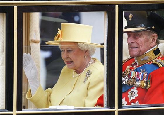 Britská královna Alžběta II. a princ Philip odjíždějí kočárem z Westminsterského opatství do Buckinghamského paláce. Panovnice letos slaví už 85. narozeniny, její manžel je o pět let starší.