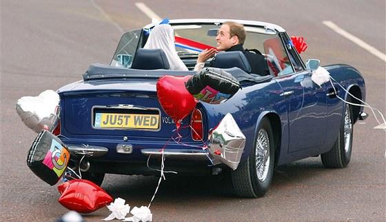 """Kolem půl čtvrté odpoledne místního času novomanželé opustili Buckinghamský palác a ve sportovním kabrioletu značky Aston Martin (který patří princi Charlesovi) zamířili ke Clarence House. Místo registrační značky měli nápis """"Just Wed"""". Nad nimi přelétala žlutá helikoptéra Sea King britského královského letectva, ve které princ William létá při záchranných operacích."""