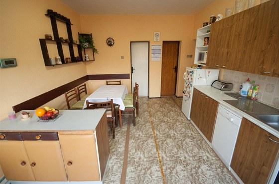 Z kuchyně vedly troje různé dveře.