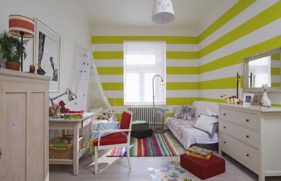 Vysoké stropy v dětském pokoji vyřešila majitelka horizontálními pruhy v zelené barvě, které také opticky rozšiřují prostor.