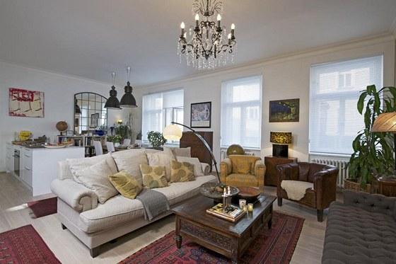 Hlavní prostor je zařízen kombinací klasického nábytku, kousků ve stylu etno a zcela bílé kuchyně s povrchem v bílém laku. Mnoho předmětů si majitelka přivezla z četných cest.