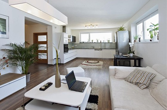 Společný obývací prostor je širokým průchodem otevřen do haly, dveře nejsou potřeba. Zdroj: www.mujdum.cz