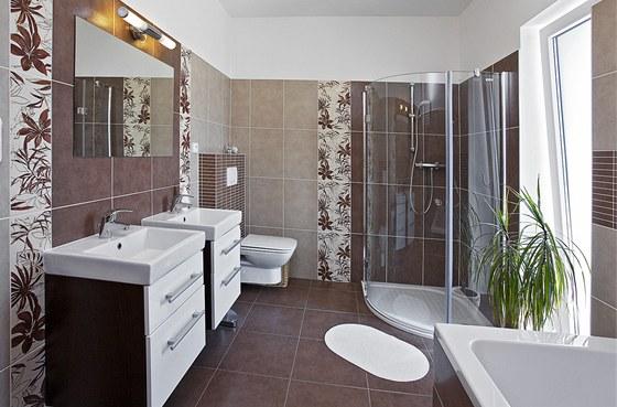 V koupelně v patře vyniká obklad tuzemské výroby (RAKO) s živým květinovým motivem. Zdroj: www.mujdum.cz