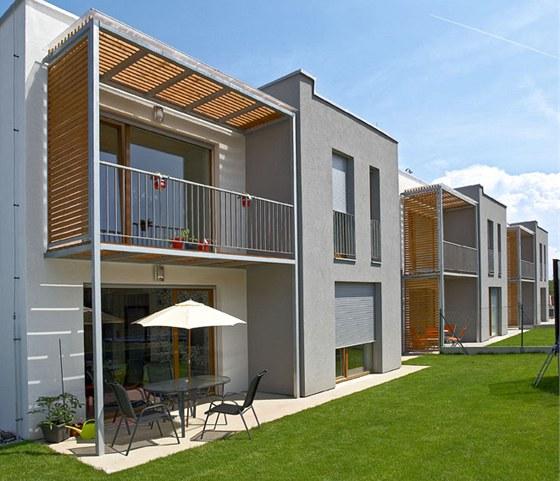 Dřevěné hranoly na balkoně poskytují ochranu před sluncem, větrem i před pohledy od sousedů. Zdroj: www.mujdum.cz