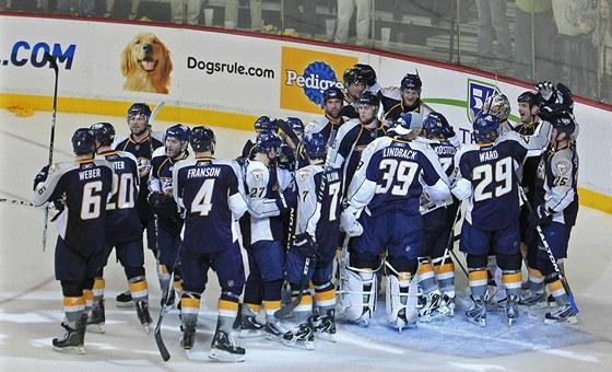 Hokejisté Nashvillu se radují z postupu do 2. kola play-off.