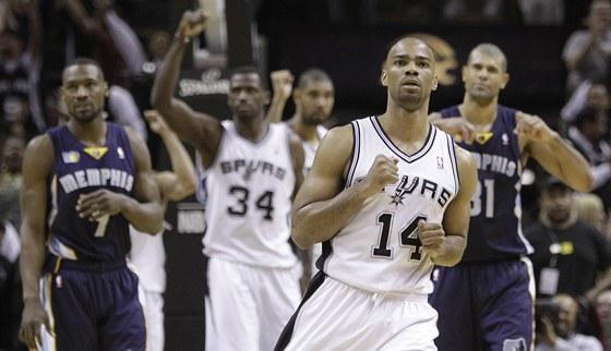 Gary Neal (14) ze San Antonia Spurs se raduje z vyrovn�n� proti Memphisu Grizzlies.