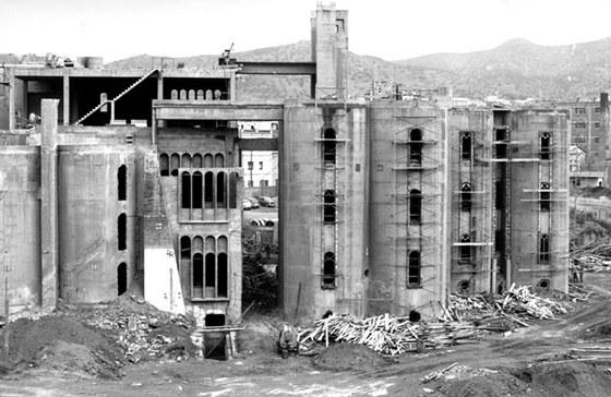 Architekt Ricardo Bofill si v roce 1973 koupil polorozpadlou cementárnu.