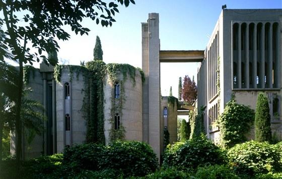 Na dvoře kdysi opuštěné cementárny je krásná magická zahrada, na ní rostou eukalypty, palmy, olivovníky a cypřiše.