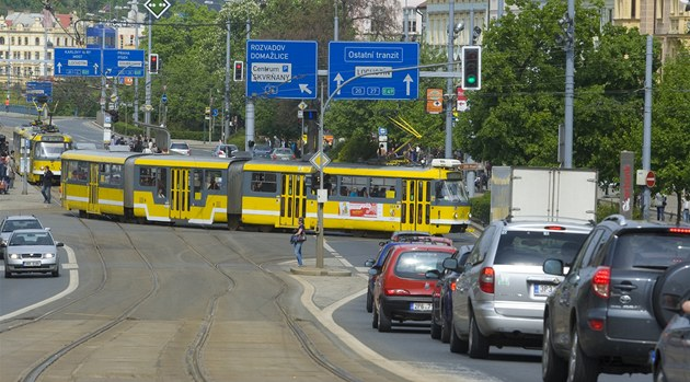 Situace na křižovatce u Synagogy, kam vjíždějí auta na zelenou, ale cestu jim blokuje pomalu jedoucí odbodočující tramvaj.