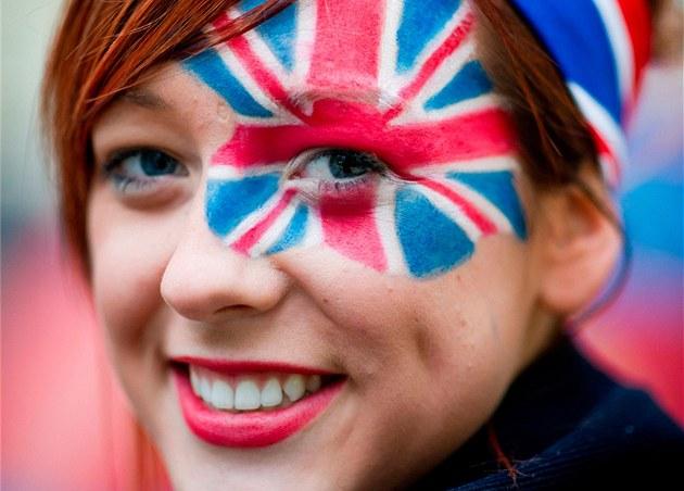 Fanynka s namalovanou britskou vlajkou na obličeji čeká u Westminsterského opatství na svatební průvod. (29. dubna 2011)