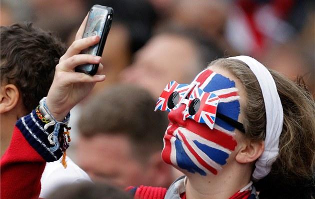 Fanynka s namalovanou britskou vlajkou na tváři čeká u Westminsterského opatství na svatební průvod. (29. dubna 2011)
