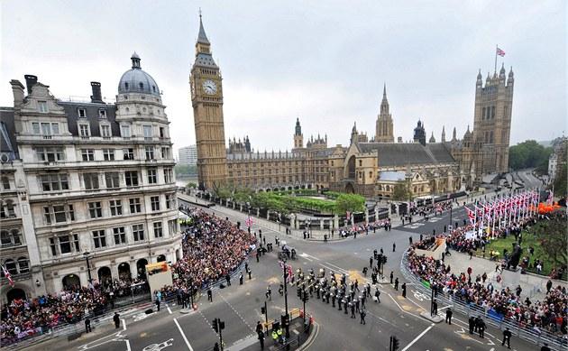Okolí budovy britského Parlamentu lemují stovky fanoušků, kteří chtějí spatřit svatební průvod. (29. dubna 2011)