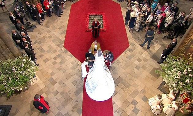 Kate Middletonová se svým otcem před canterburským arcibiskupem uvnitř Westminsterského opatství. (29. dubna 2011)