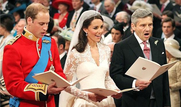 Princ William, Kate Middletonová a Michael Middleton při svatebním obřadu ve Westminsterském opatství. (29. dubna 2011)