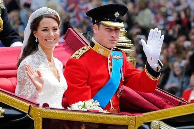 Po obřadu zamířili novomanželé kočárem do Buckinghamského paláce. (29. dubna 2011)