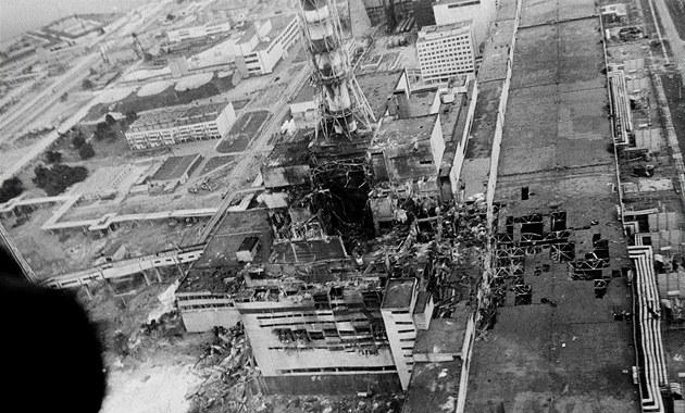 Archivní snímek reaktoru z kv�tna 1986. V dob� po uha�ení po�áru, ale je�t� p�ed startem prací na sarkofágu.