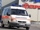 Sanitka před areálem chemičky Explosia v Pardubicích-Semtíně. (20. dubna 2011)