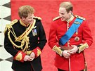 Princ Harry a princ William kr��ej� po �erven�m koberci uvnit� Westminstersk�ho opatstv�. (29. dubna 2011)