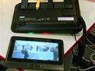 Tablet sejmutý z podstavce opatřeného USB a síťovým konektorem