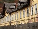 Komplex budov bývalých lázní v Kyselce nadále chátrá.
