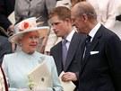 Královna Alžběta II. a její manžel princ Philip - Královna naslouchá svému manželovi po slavnostním ceremoniálu k oslavě jejích 80. narozenin v kapli svatého Jiří na zámku Windsor. Za nimi stojí jejich vnuk princ Harry, mladší syn korunního prince Charlese.