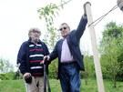 Režisér Miloš Forman (vpravo) a jeho dvorní kameraman Miroslav Ondříček (vlevo) vysadili v rámci projektu Kořeny osobností vzácné severoamerické duby.
